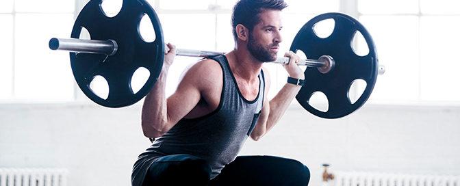 Chico trabajando masa muscular con ejercicios de fitness