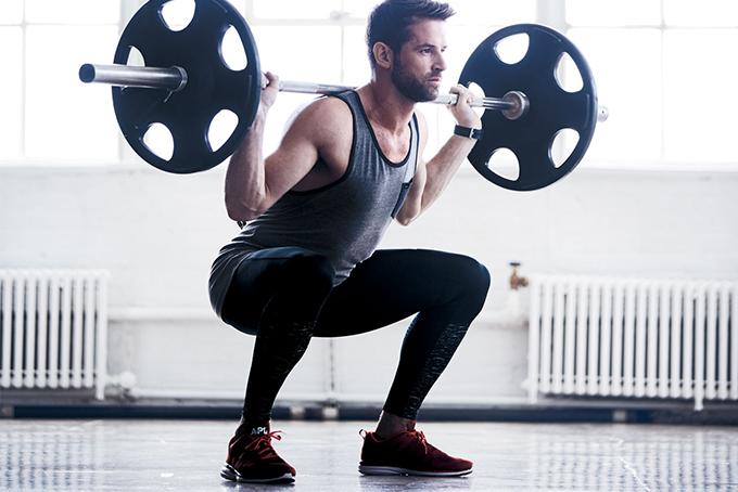 Chico ejercitando masa muscular - entrenamiento fitness