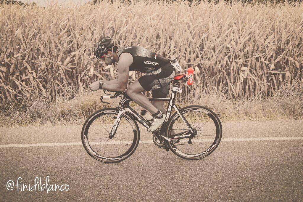 participante en el triatlon half sevilla. etapa de bici